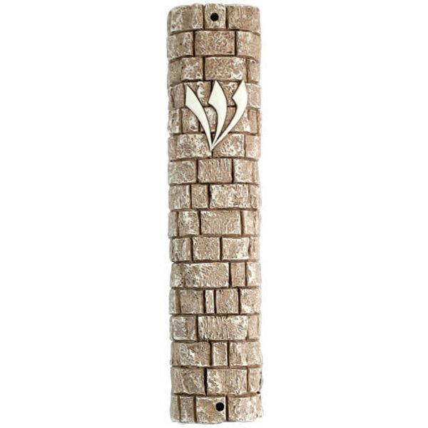 """תמונה של בית מזוזה דמוי אבן בגוון חום וקרם """"אבני כותל"""" עם פקק גומי"""